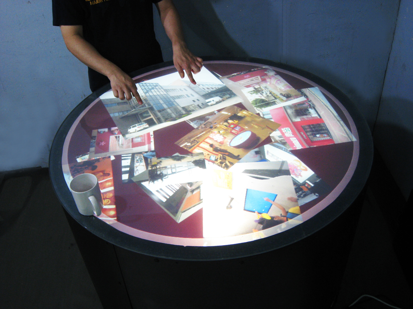 Round Multitouch Table - 105cm diameter x 85cm height